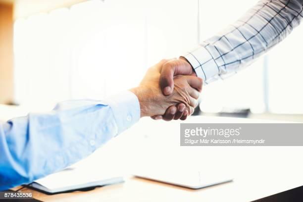 Händen der Geschäftsmann Händeschütteln beschnitten