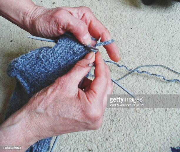 cropped hands of woman knitting wool at home - crochet - fotografias e filmes do acervo
