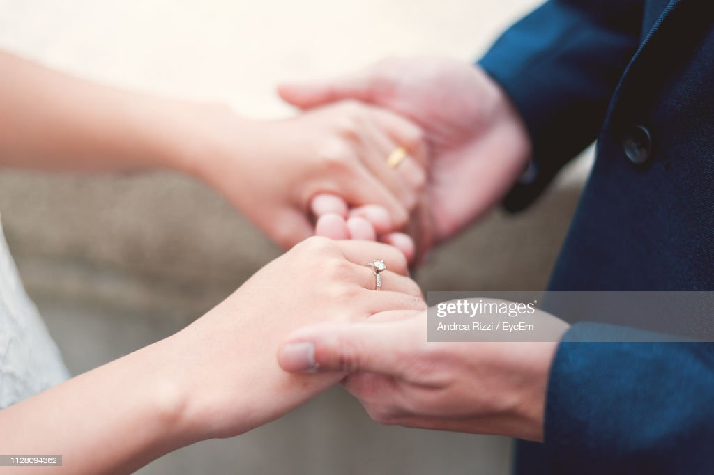 Cropped Image Of Bride And Bridegroom Holding Hands During Wedding Ceremony : Foto stock