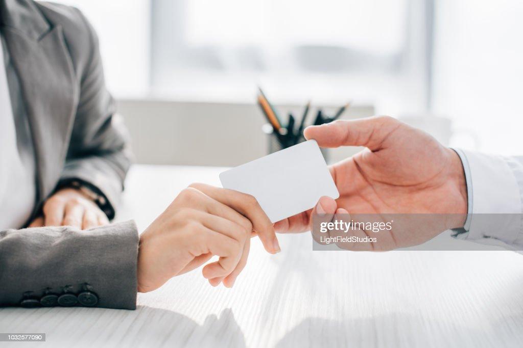 Cropped image de carte d'identité patient donnant au médecin en clinique : Photo