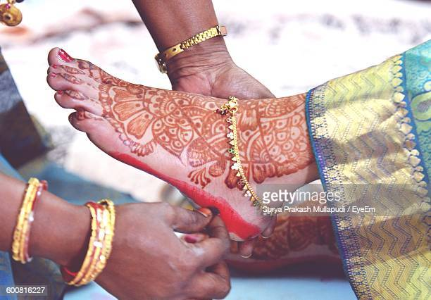cropped image of woman applying alta dye on bride foot - indian female feet stock pictures, royalty-free photos & images