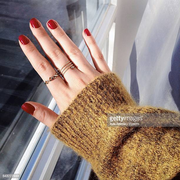 cropped image of woman showing rings - anello gioiello foto e immagini stock