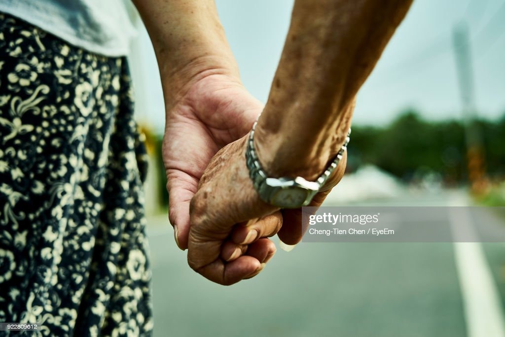Cropped Image Of Women Holding Hands : ストックフォト