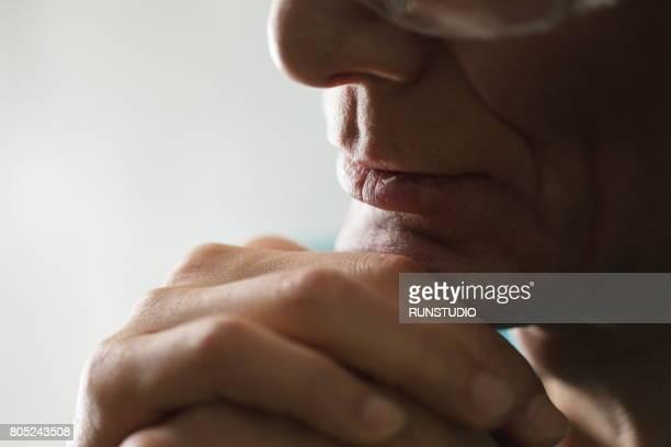 cropped portrait of middle-aged man - kin in de hand stockfoto's en -beelden