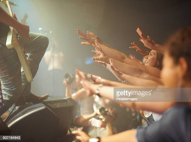 playing for the crowd - pop music stock pictures, royalty-free photos & images