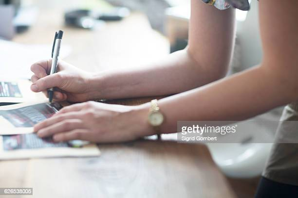 cropped shot of waitresss hands writing order notes in cafe - sigrid gombert stock-fotos und bilder