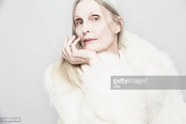 cropped studio portrait of senior woman with hand on chin - femme poil photos et images de collection