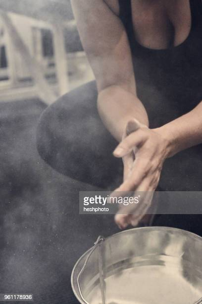 cropped view of woman rubbing hands in sports chalk - heshphoto photos et images de collection
