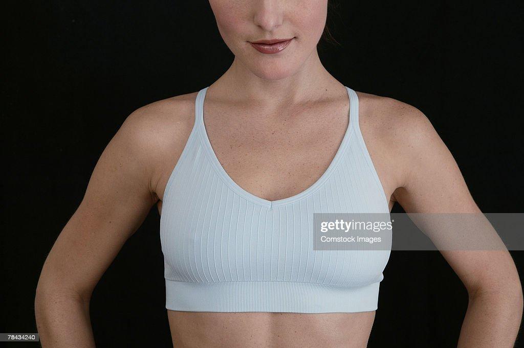 Cropped woman in sports bra : Stockfoto