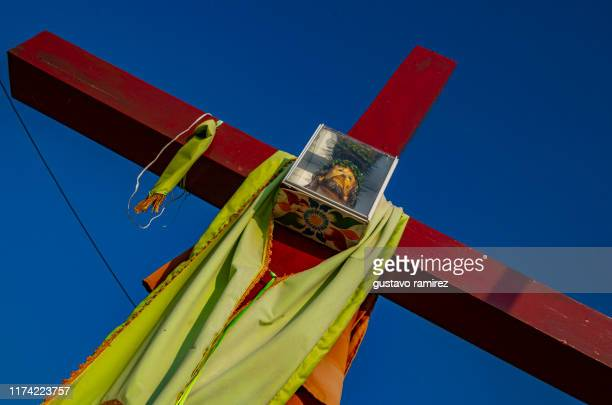 cross and jesus image under blue sky - jesus empty tomb stock pictures, royalty-free photos & images