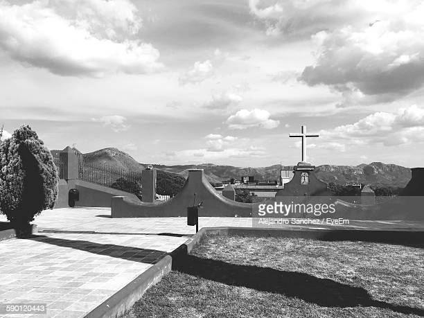 cross at la valenciana against sky - mexico black and white stock pictures, royalty-free photos & images