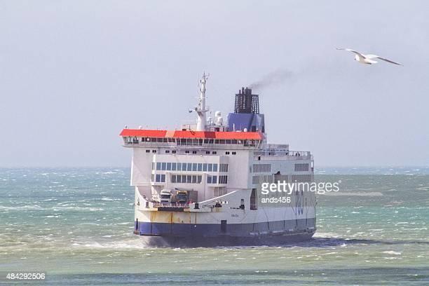Traversez channel ferry quittant port de Calais, en France