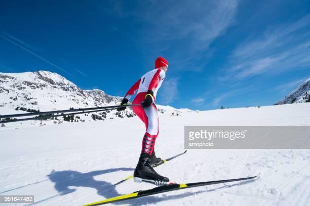 レースの衣装で滑るクロスカントリー スキーヤー - クロスカントリースキー ストックフォトと画像