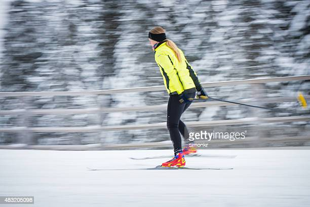 Cross country Ski Frau Genießen Sie Skifahren