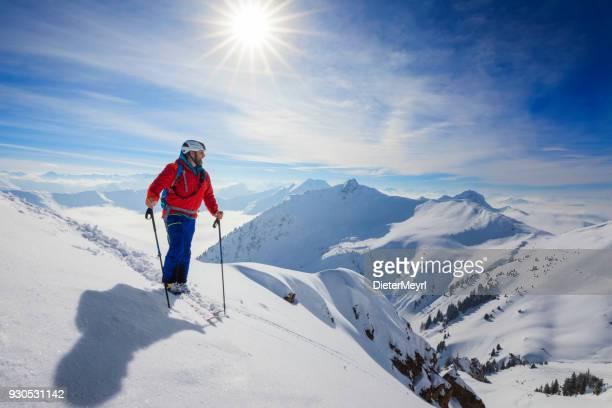 langlauf skifahrer - skitouren in den alpen - skifahren stock-fotos und bilder
