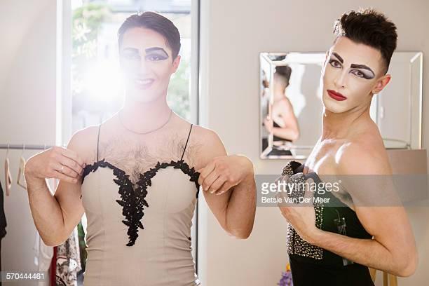 cross dressers checking their clothes in mirror - cross dressing - fotografias e filmes do acervo