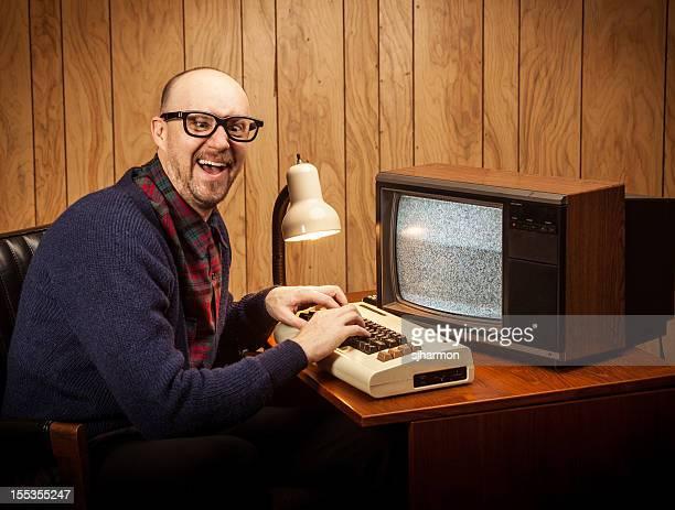 Cross eyed Geeky Informatik Schreibtisch Nerd Mann vintage-Stil
