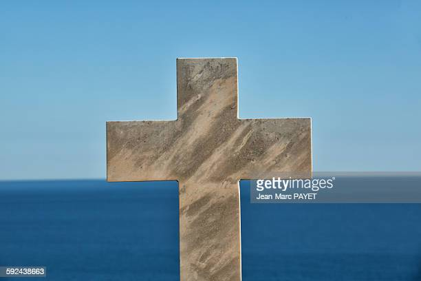 cross in cemetery above the horizon and the sea - jean marc payet stock pictures, royalty-free photos & images