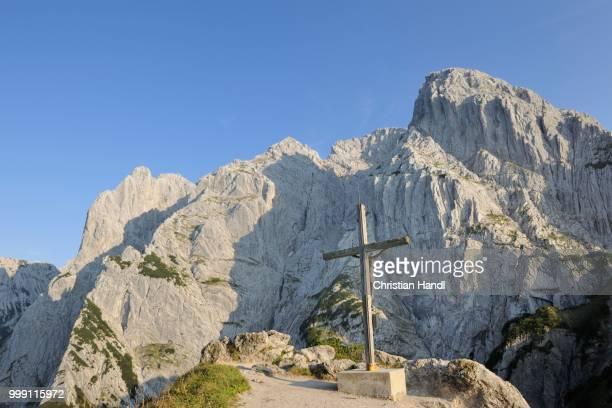 Cross in front of Mt Predigtstuhl and Mt Fleischbank, Stripsenjochhaus, Wilder Kaiser, Tyrol, Austria