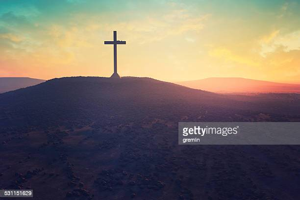 cross in the middle of a desert - christendom stockfoto's en -beelden