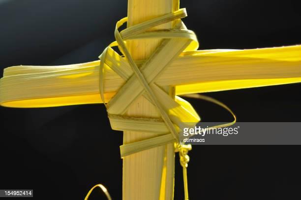 cruz feita de palm fronds. - domingo de ramos imagens e fotografias de stock