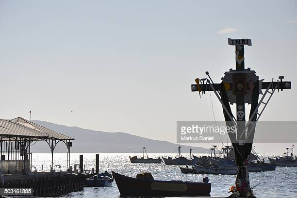 """cross memorial and pier in paracas, peru - """"markus daniel"""" stock pictures, royalty-free photos & images"""