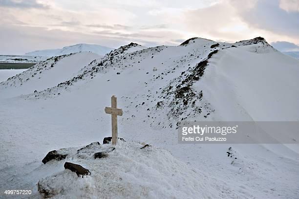 a cross near reykjavik, iceland - 安らかに眠れ ストックフォトと画像
