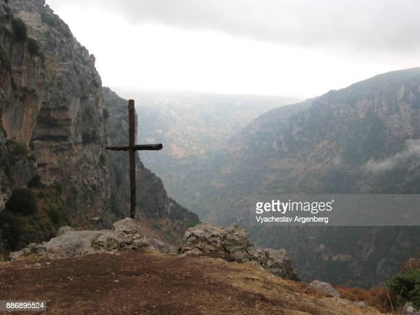 a cross near the monastery of qozhaya, kadisha/qadisha holy valley, lebanon - argenberg stock pictures, royalty-free photos & images