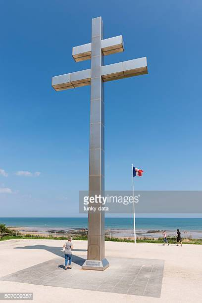 cross of lorraine at juno beach - juno beach normandy stock pictures, royalty-free photos & images