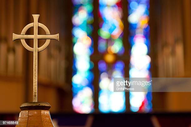 cross on church alter - katholicisme stockfoto's en -beelden