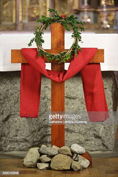 cross. palm sunday. church of st. gervais and st. protais. saint-gervais-les-bains. - domingo de ramos - fotografias e filmes do acervo