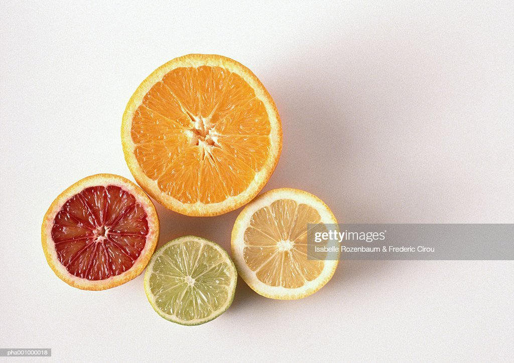 Cross sections of orange, blood orange, lemon, lime, close-up, high angle view, white background : Stockfoto