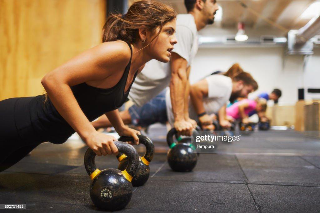 Conceitos de ginástica, o exercício e o foco do treinamento de atravessar. : Foto de stock