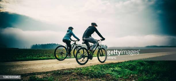 ciclismo esquí de fondo - cross country cycling fotografías e imágenes de stock