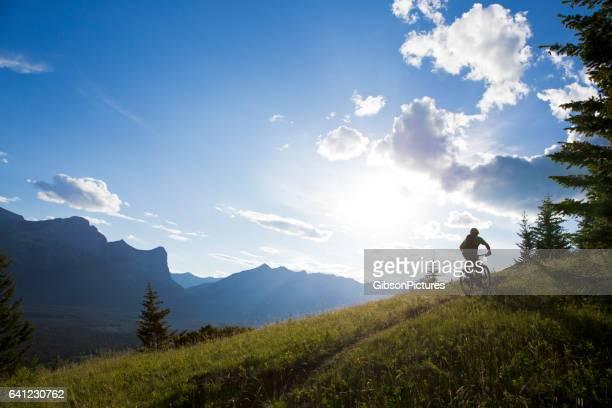 cross mountain bike rider - mountain bike fotografías e imágenes de stock