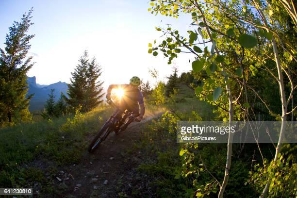 Cavalier de vélo de montagne ski