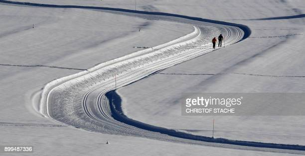 Crosscountry skiers make their way on a trail near Oberstdorf southern Germany on December 29 2017 / AFP PHOTO / CHRISTOF STACHE