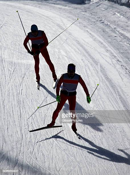 cross-country skiers - langlaufen stockfoto's en -beelden