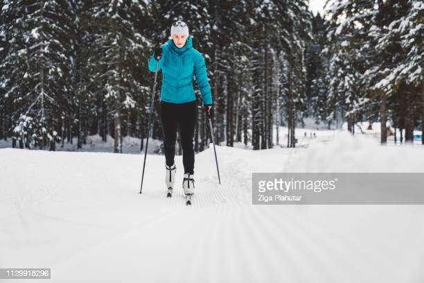 Cross-Country Skifahrer gleiten auf der Piste