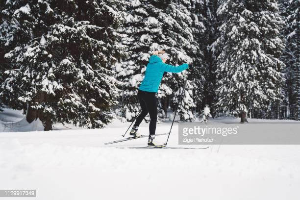 Langlauf-Skifahrer in Aktion