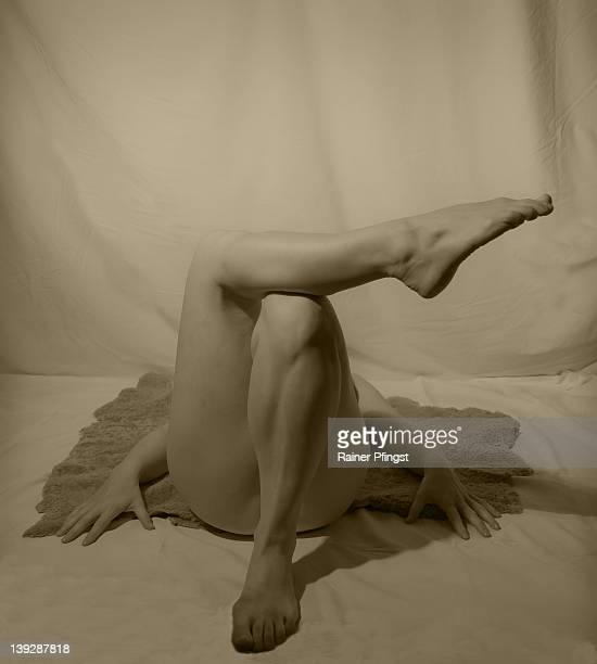 crossed legs, one foot up - medelålders kvinnor naken bildbanksfoton och bilder