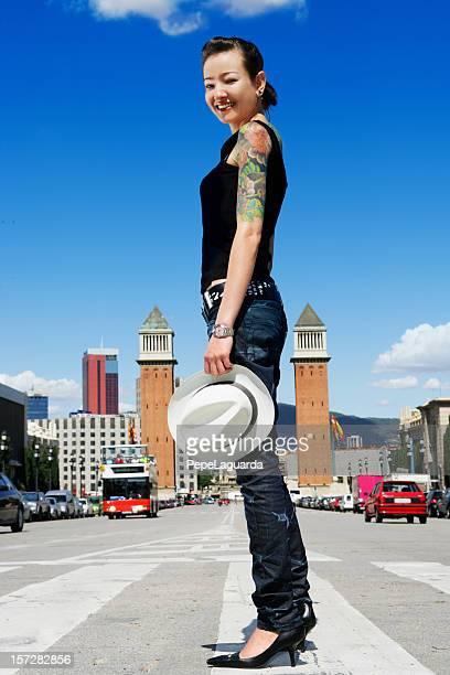 crossing barcelona street - alleen japans stockfoto's en -beelden