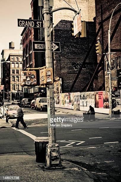 crossing between grand and wooster street. - merten snijders 個照片及圖片檔