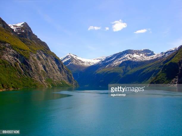 Noorwegen indrukwekkende Geiranger Fjord oversteken per veerboot, Noors dramatische landschap, Scandinavië-Noordelijke landen