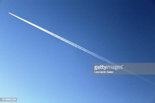 crossing - trainée d'avion photos et images de collection