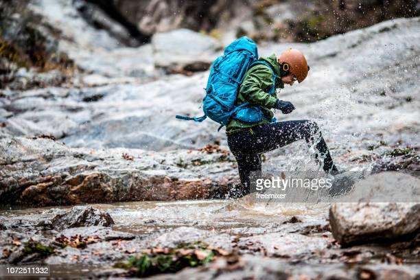 川を渡る - 耐久力 ストックフォトと画像