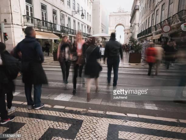 リスボンで通りを渡る - バイシャ ストックフォトと画像