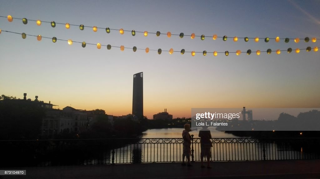 Crossing Triana bridge at sunset. Seville : Foto de stock