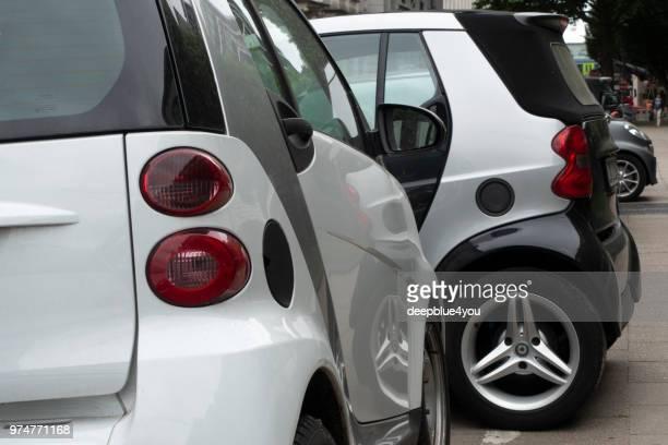 Kreuz-geparkten smart Fahrzeuge in Hamburg Stadt