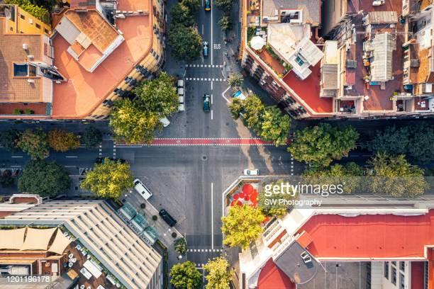 crossroad in barcelona city - organismo vivo fotografías e imágenes de stock